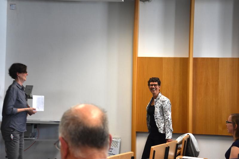 Prof. Corinna Bath wird von der Genderforscherin Prof. Susanne Keil vorgestellt.