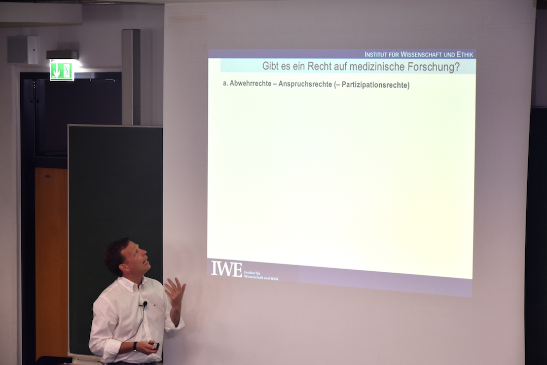 Der Vortrag von Bert Heinrichs beginnt mit einer allgemeinen Einführung in die Thematik