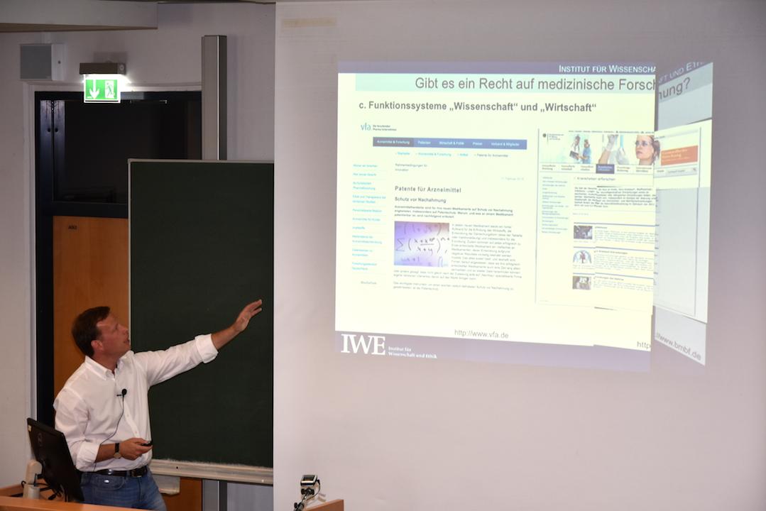 Durch eine gut strukturierte Präsentation von Prof. Bert Heinrichs wird das Thema näher veranschaulicht