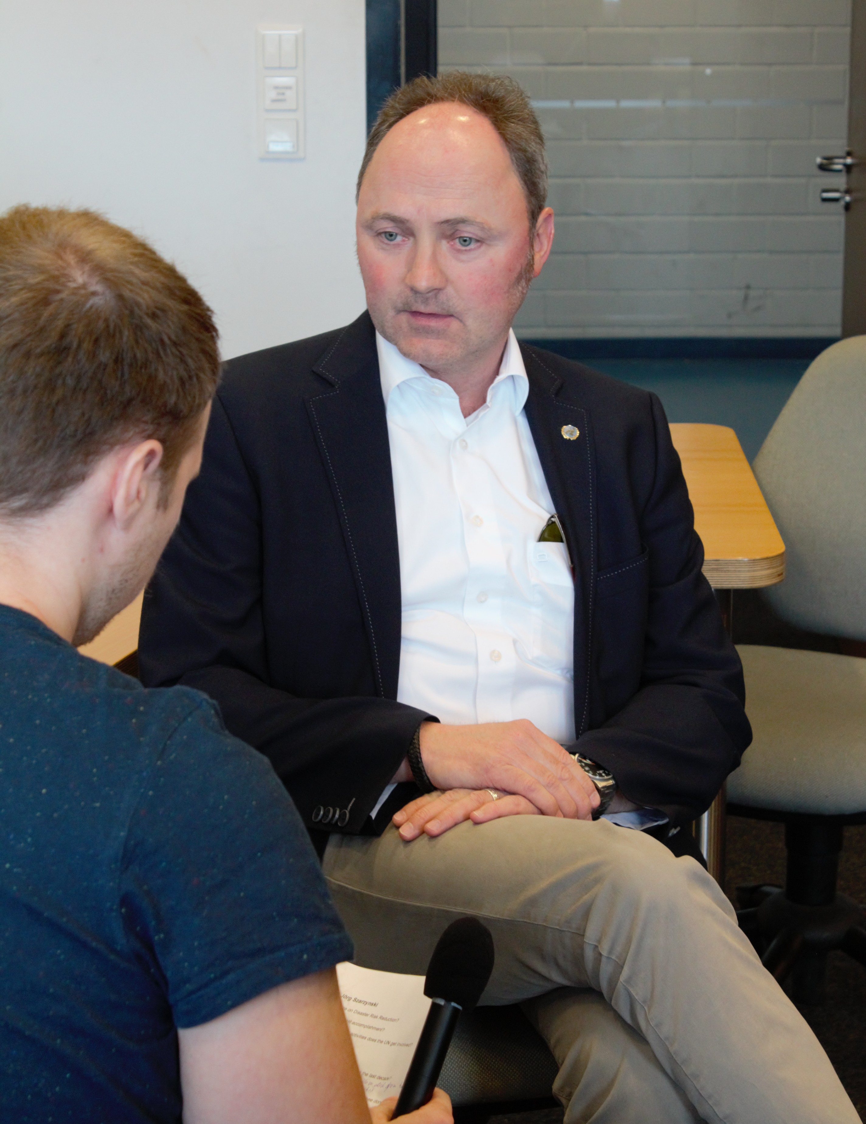 Dr. Szarzynski im Interview mit einem Studenten des Studiengangs Technikjournalismus/PR