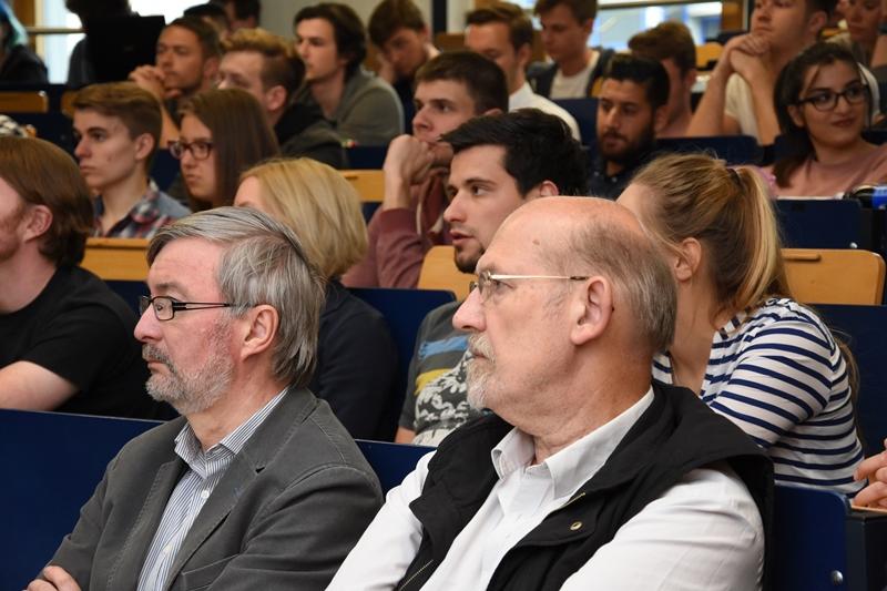 Studenten und Gäste warten gespannt auf den Vortrag an der Hochschule Bonn-Rhein-Sieg