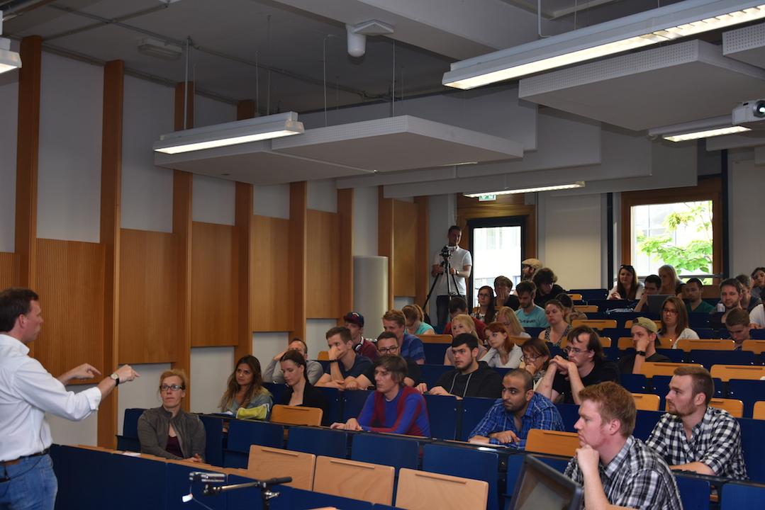 Prof. Bert Heinrichs beantwortet eine Frage eines mit der Problematik vertrauten Zuhörers