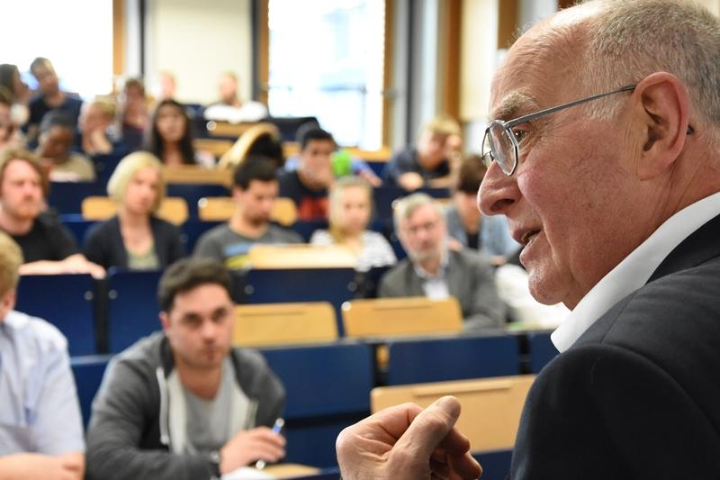 Prof. Wiemken berichtet über die offene Gesellschaft und die Rolle der Technik