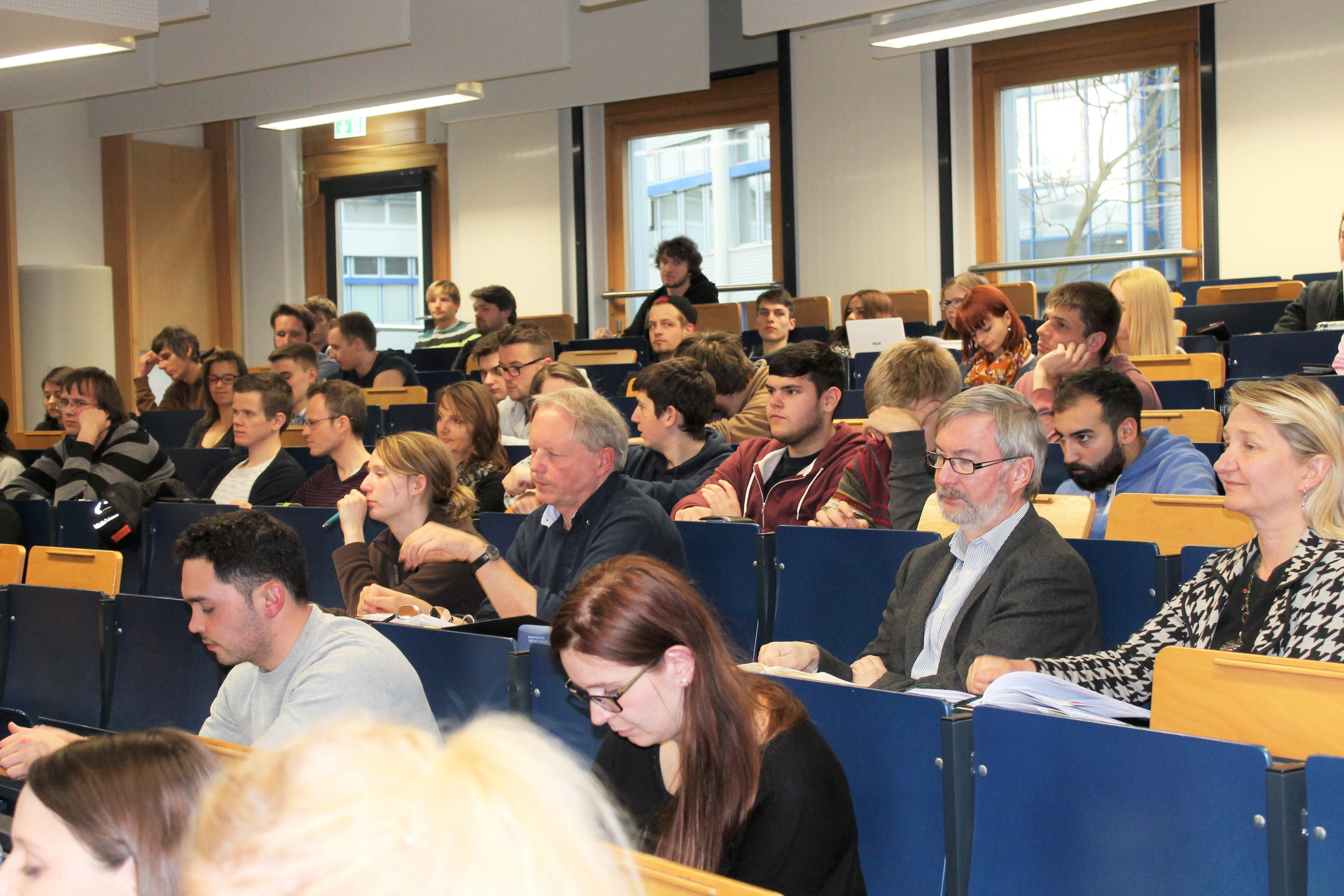 Das gut besuchte Auditorium folgt dem Vortrag über die neuen Technologien zur Krisenbewältigung