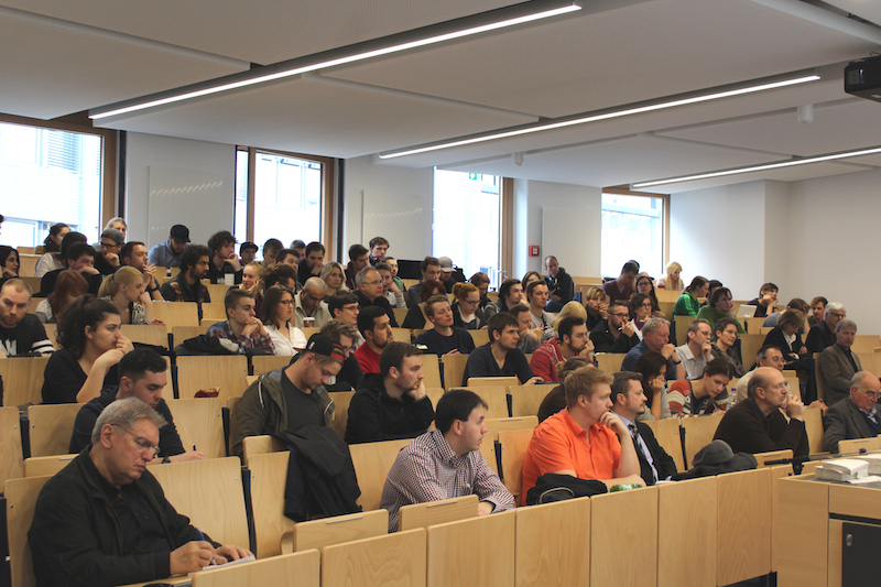 Zu Beginn der Ringvorlesung wird den Studierenden Prof. Töpfers Werdegang vorgestellt