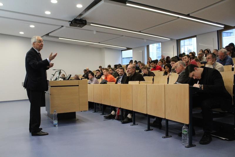 Prof. Töpfer erzählt mit Mimik und Gestik von seiner Mitgliedschaft bei der CDU