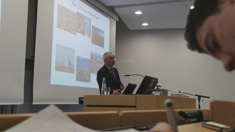 "Prof. Töpfer erläutert das ""Urbane Millennium"""