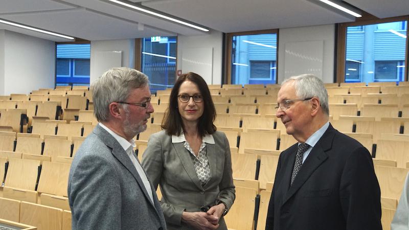 Dr. Wolfgang Koch (l.) und Prof. Katharina Seuser (m.) im Gespräch mit Prof. Töpfer nach dem Vortrag
