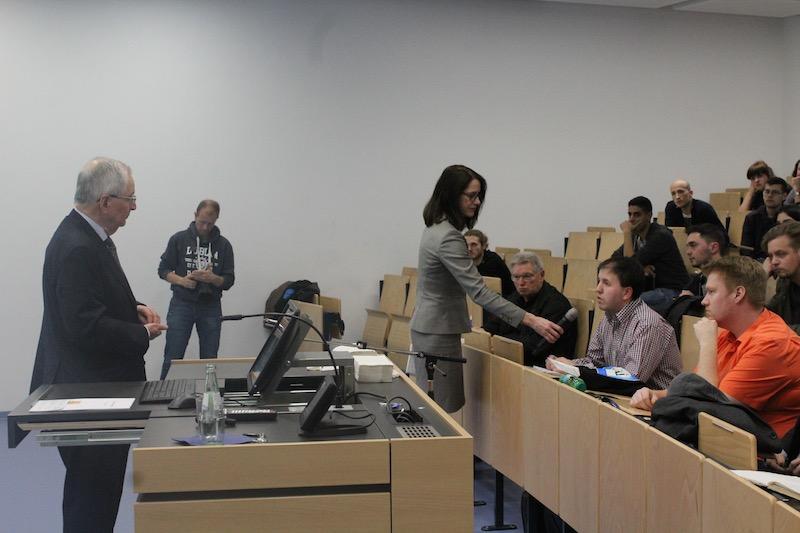 Die Studierenden haben die Möglichkeit noch offene Fragen an Prof. Töpfer zu stellen