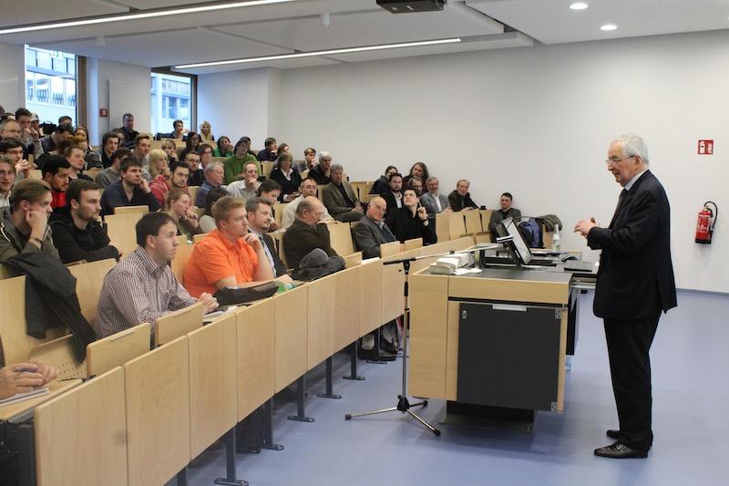 Prof. Töpfer nimmt sich Zeit, die Fragen der Studierenden ausführlich zu beantworten