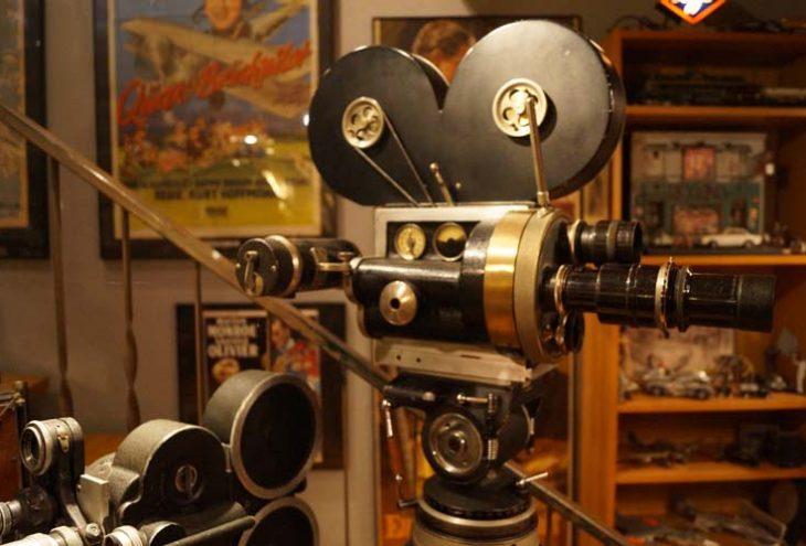 Eine alte Filmkamera mit aufgeschnallten Filmrollen und mehreren Objektiven. // Foto: Sabrina Berrisch, Marco Führer
