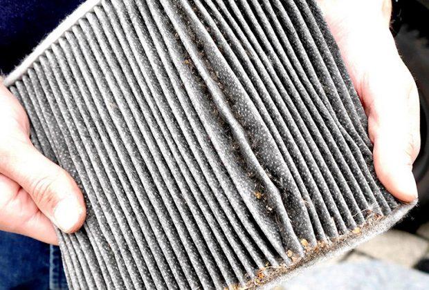 Nicht nur Schmutz sondern auch Keime lagern sich hier ab: Wenn es stinkt, ist ein Filterwechsel längst überfällig. (Foto: Gabriel)