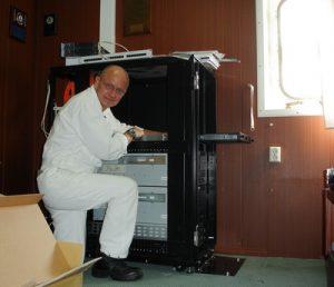 Rainer Hinney bei der Montage eines Racks (Quelle: Rainer Hinney)