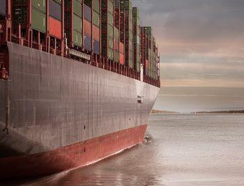 Dank moderner Satellitentechnik bleibt das Containerschiff durchgehend mit dem Festland verbunden. (Foto: Pixabay)
