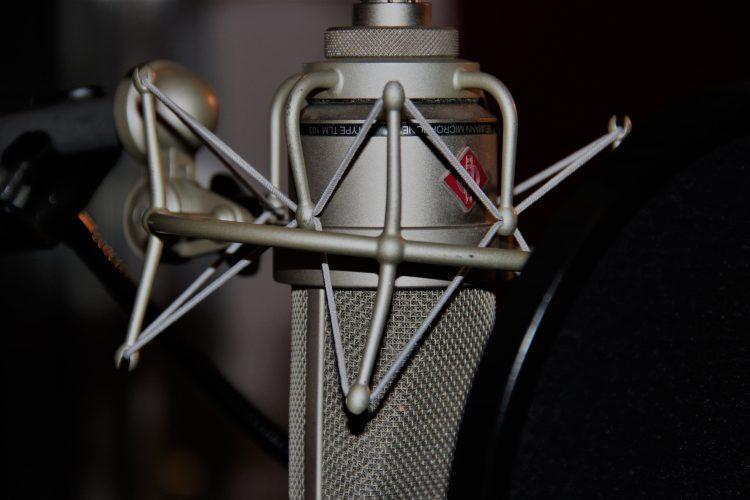 Das Mikrofon spielt beim Aufnehmen von Musik eine wichtige Rolle. Auch in einem Homestudio darf es nicht fehlen. Foto: Katharina Miß