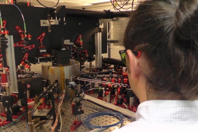 Cäsium-Atome befinden sich in der silbernen Vakuumkammer; Foto: Lukas Schröter