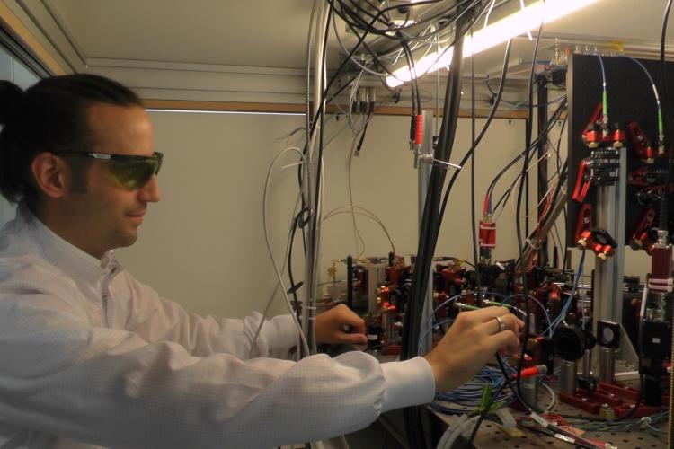 Der Aufbau besteht aus Linsen, Lasern und einer Vakuumkammer; Foto: Lukas Schröter
