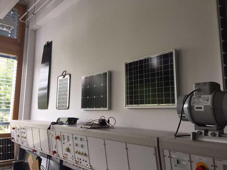 v.l mobiles Solarpanel zum Aufladen des Handys: Monokristall-Panel 100 Watt, Polykristall-Panel, Monokristall-Panel 40 Watt//Foto: Marie Louise