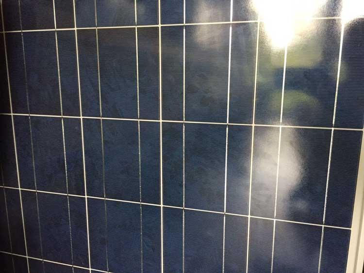 Auf einem Solarpanel sind mehrere Solarzellen angebracht//Foto: Marie Louise Franz