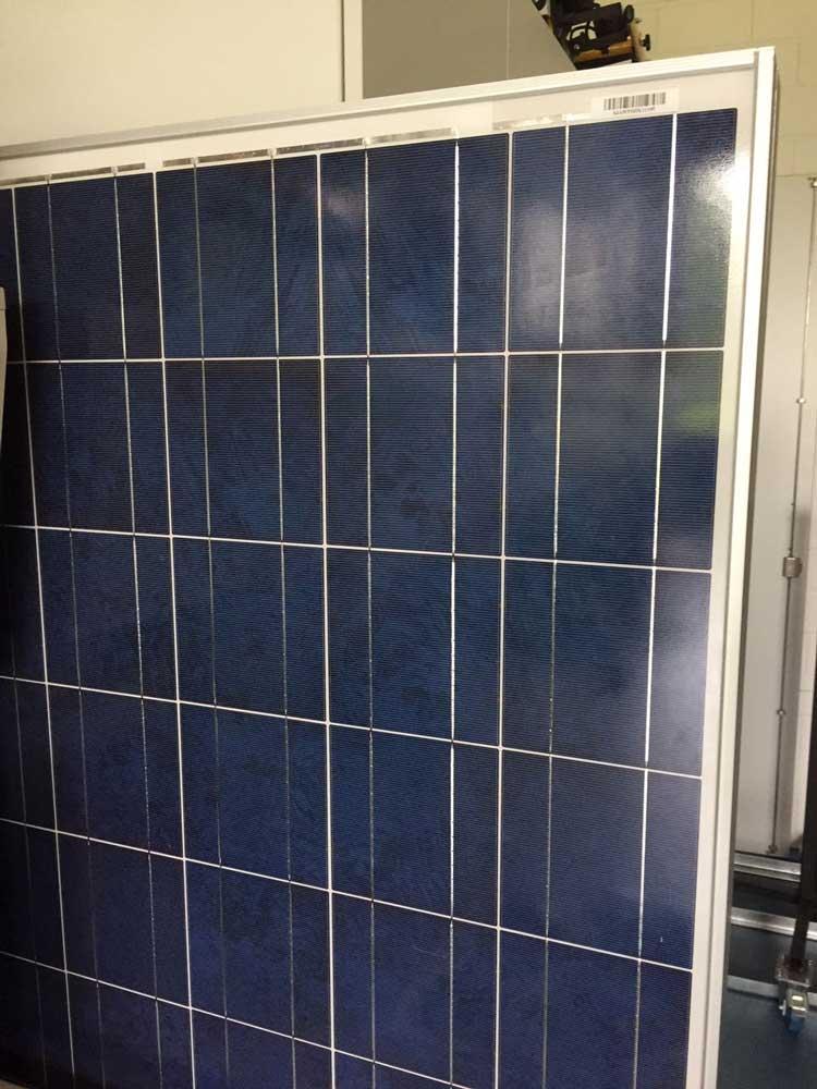 Herkömmliches Solarpanel mit Aluminiumrahmen//Foto: Marie Louise Franz