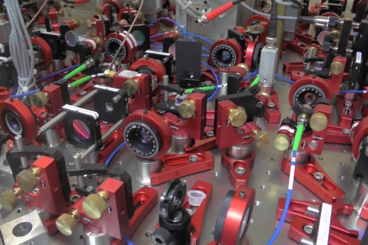 Blicke in das Labor der Forschungsgruppe Quantentechnologie mit Carsten Robens; Foto: Lukas Schröter
