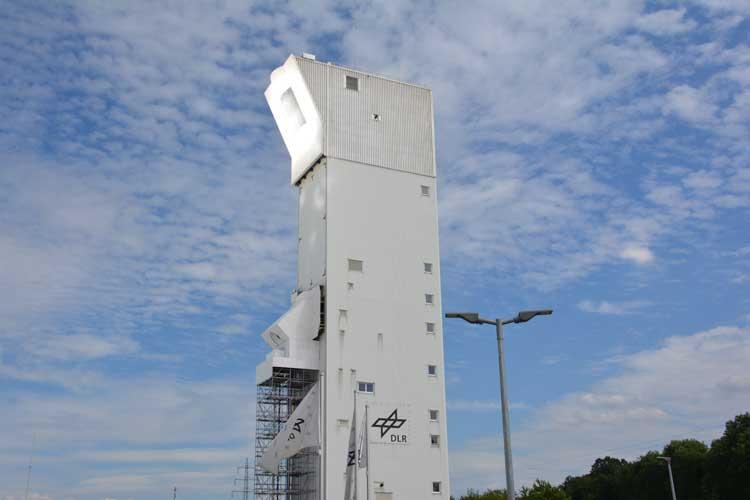 Rund 2000 Heliostaten reflektieren das Sonnenlicht und bündeln es so an der Turmspitze die Energie im Receiver // Foto: Tobias Sluzalek