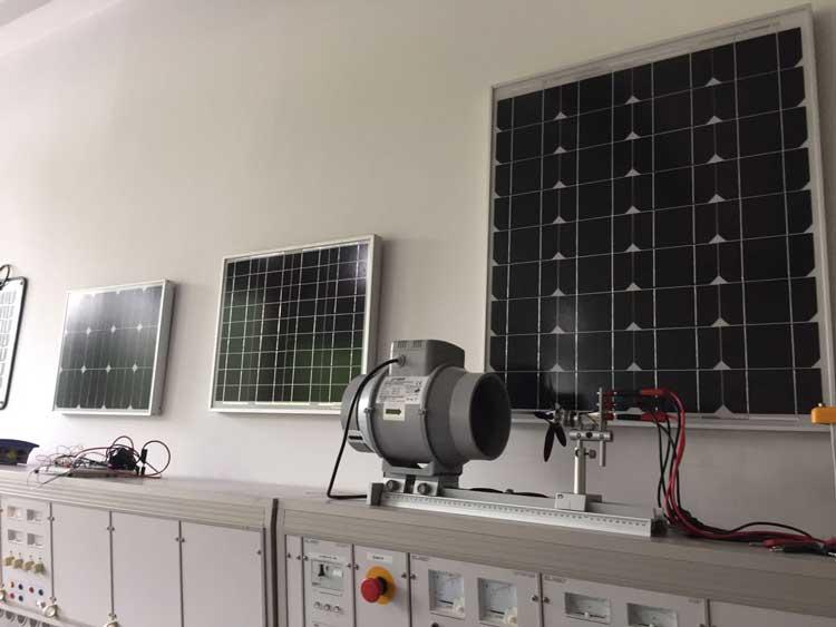 Solarmodule für verschiedene Nutzungsmöglichkeiten im energiemeteorologischen Labor der Hochschule Bonn-Rhein-Sieg //Foto: Marie Louise