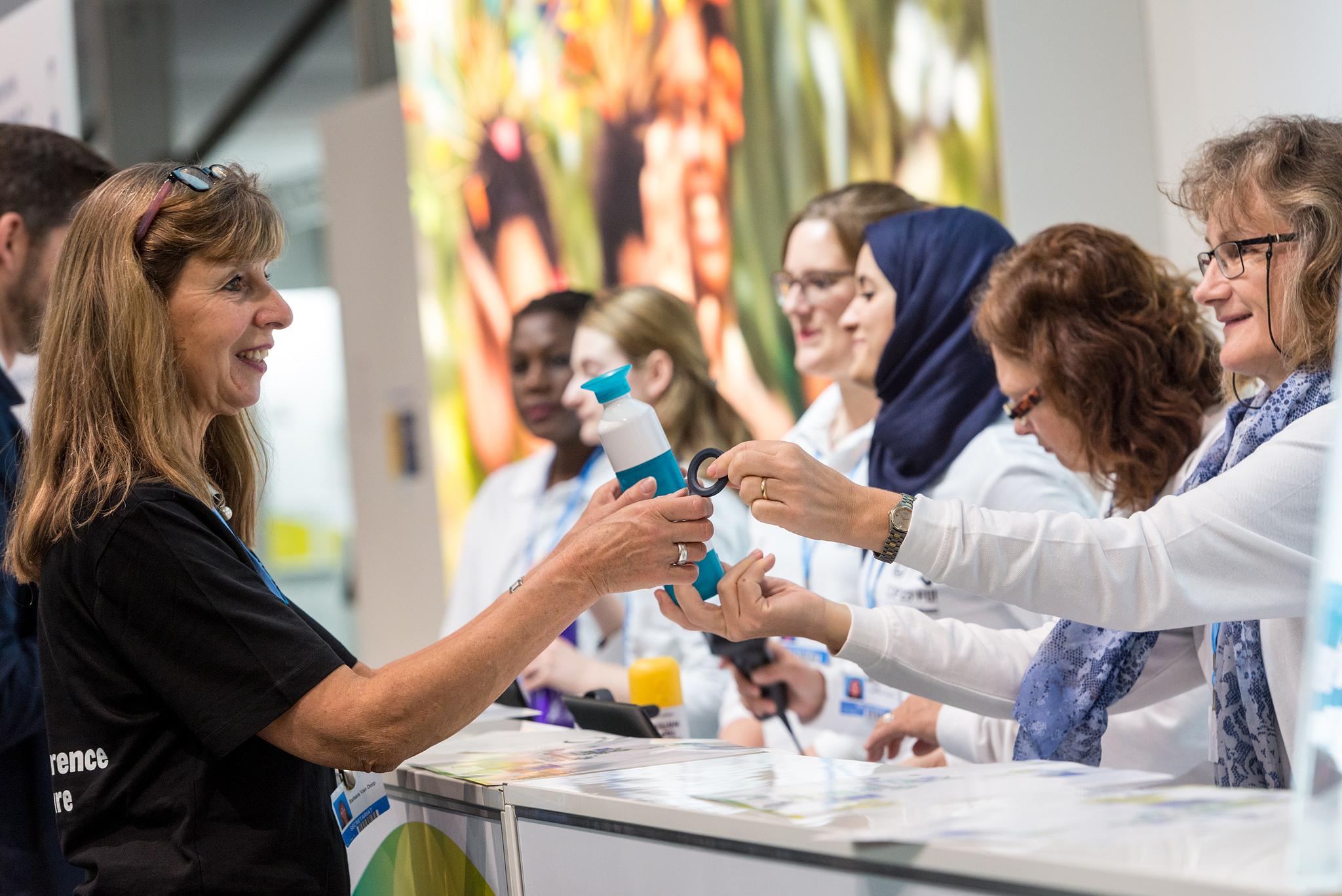 Die persönlichen Trinkflaschen werden an die Teilnehmer ausgegeben