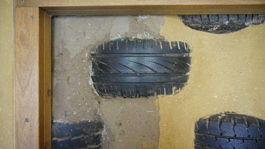 Wandausschnitt mit Reifen