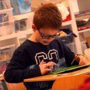Junge mit Tablet in der Schule; Foto: Yazdi
