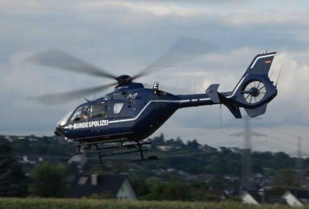 Ein Hubschrauber steigt in die Luft und startet zum Formationsflug.