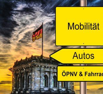Drei Schilder vor dem Reichstagsgebäude