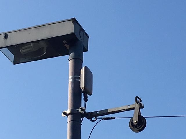 Der kleine weiße Kasten enthält das Funkequipment, welches das Signal ausstrahlt.