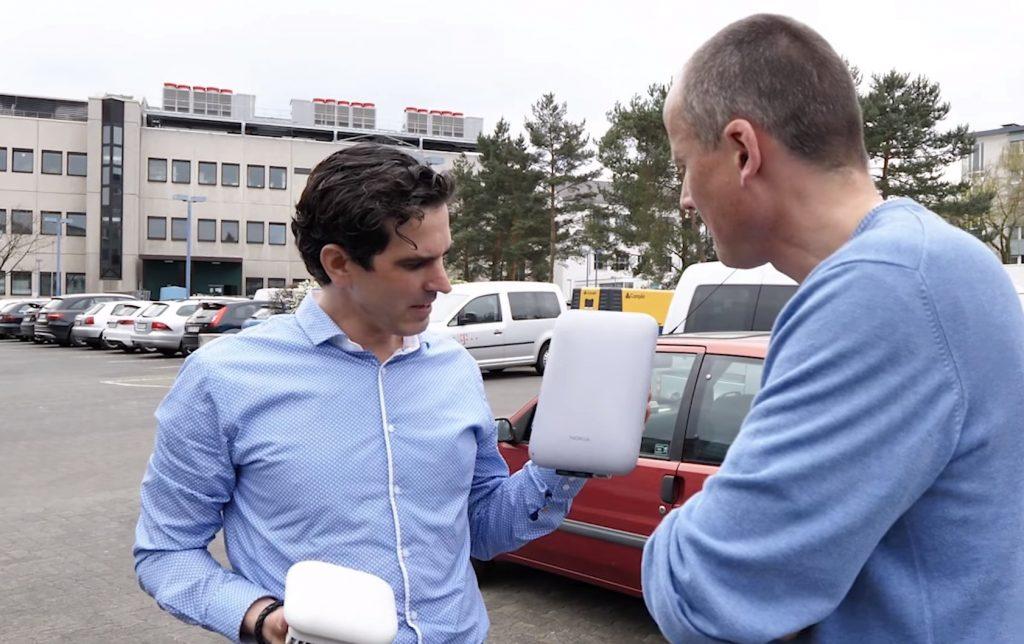 Witzel präsentiert WTTH Empfangs- und Sendeantennen. Foto: (C) Telekom
