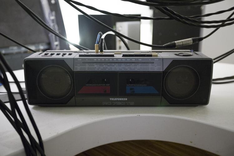 Ein handelsübliches Radio, angeschlossen im Mastering-Studio