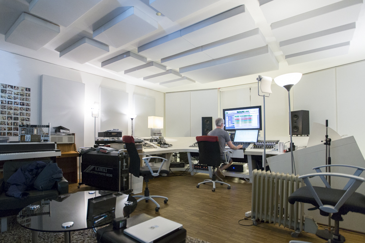 Ein Blick in den Raum des Mastering-Studios