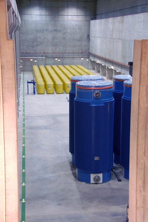 Ein Blick in das Zwischenlager im Kernkraftwerk Biblis, dort stehen Castor-Behälter und weitere Abfallbehälter. //Quelle: RWE