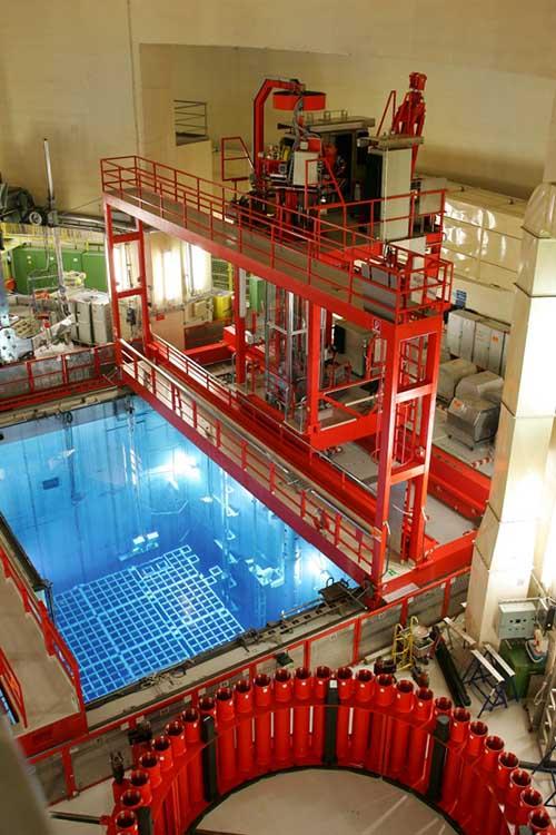 Ein Kühlbecken im Kernkraftwerk Biblis, in dem die bestrahlten Brennelemente bis zur Transportfähigkeit gelagert werden. //Quelle: RWE