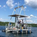 Mit dieser Bohrplattform entnehmen die Forscher Sedimentproben vom Grund des Sees
