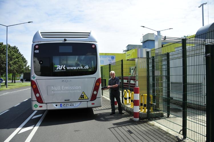 Mann betankt Wasserstoff-Hybrid-Bus im Chemiepark Hürth.