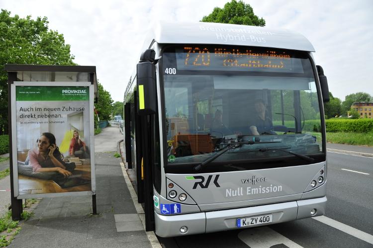 Ein Brennstoffzellen-Hybrid-Bus der RVK an einer Haltestelle in Hürth.