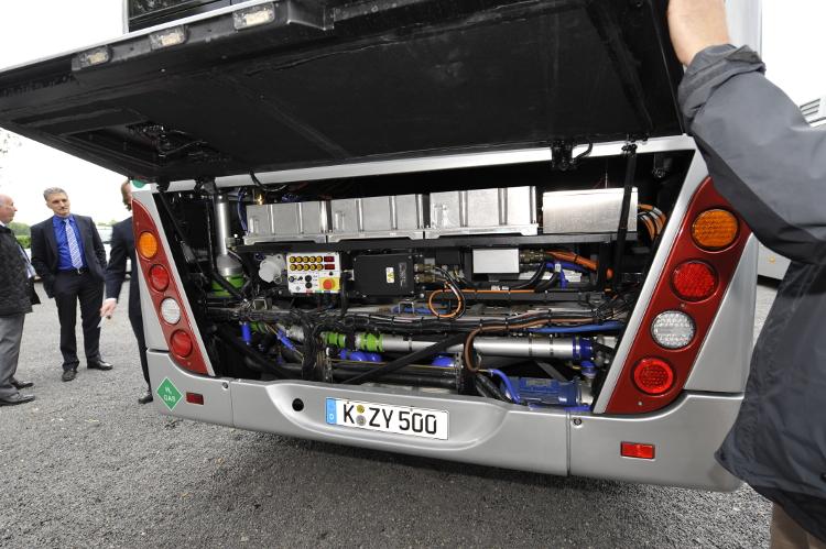 Geöffnete Motorhaube eines Brennstoffzellen-Hybrid-Busses