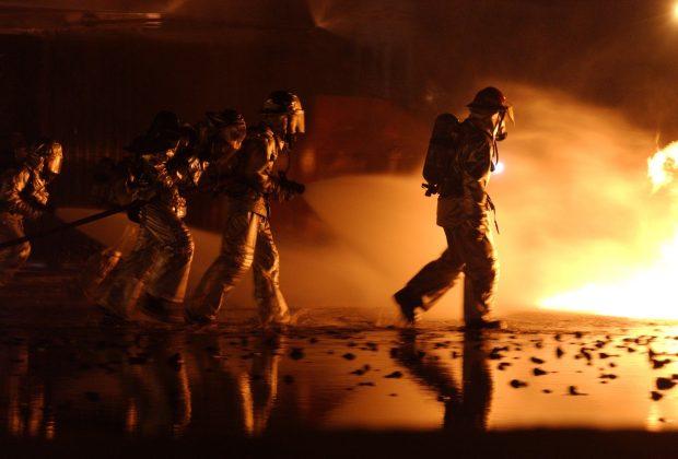 Angriffstrupp der Feuerwehr: Sie könnten bald von der neuen Technik profitieren. Foto: skeeze auf Pixabay