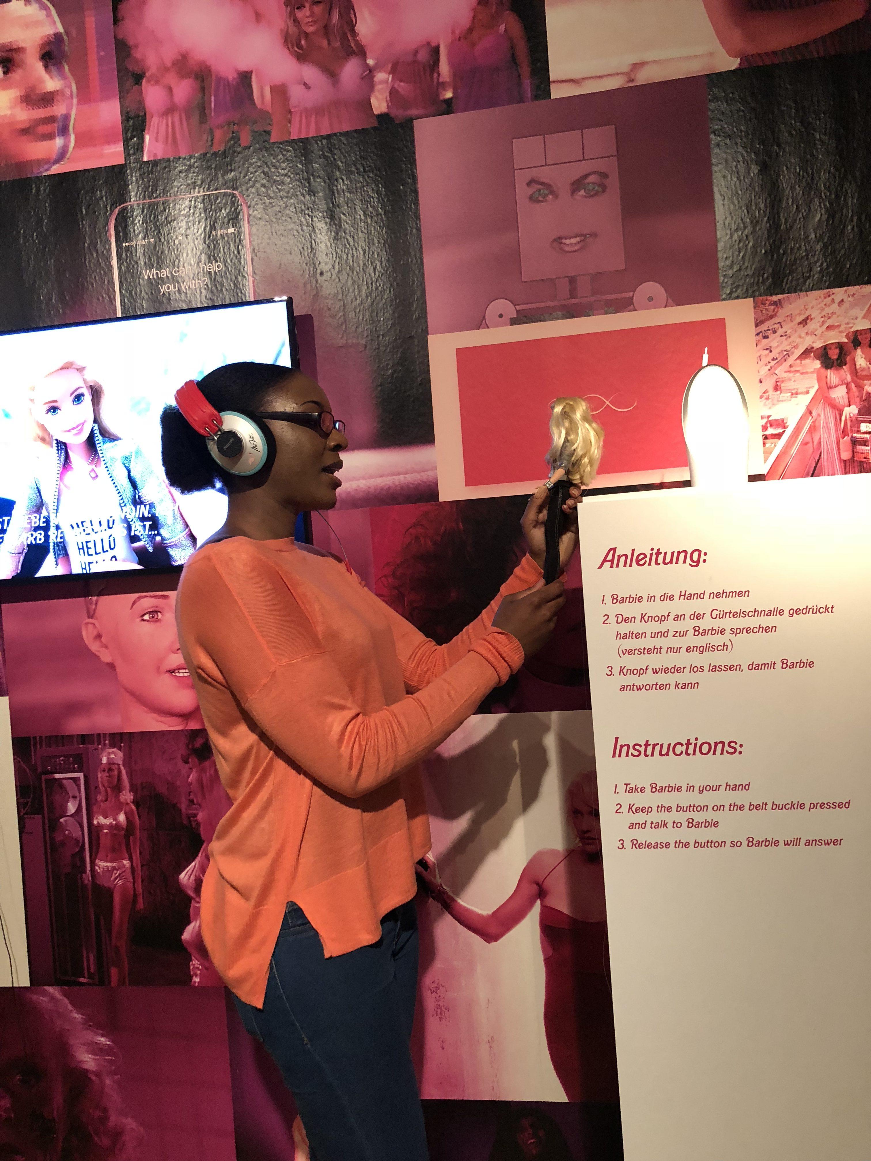 """Technikjournal Redakteurin, Saskia Tafuna hatte die Gelegenheit mit der sprechenden Barbie in der """"Pendoran Vinci"""" Ausstellung zu kommunizieren.// Foto: Sezen Yildirim"""