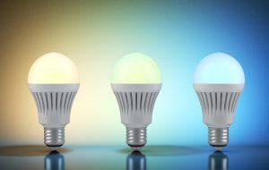 Blaues Licht aktiviert unser Gehirn. Rötlicheres Licht signalisiert uns runterzukommen.