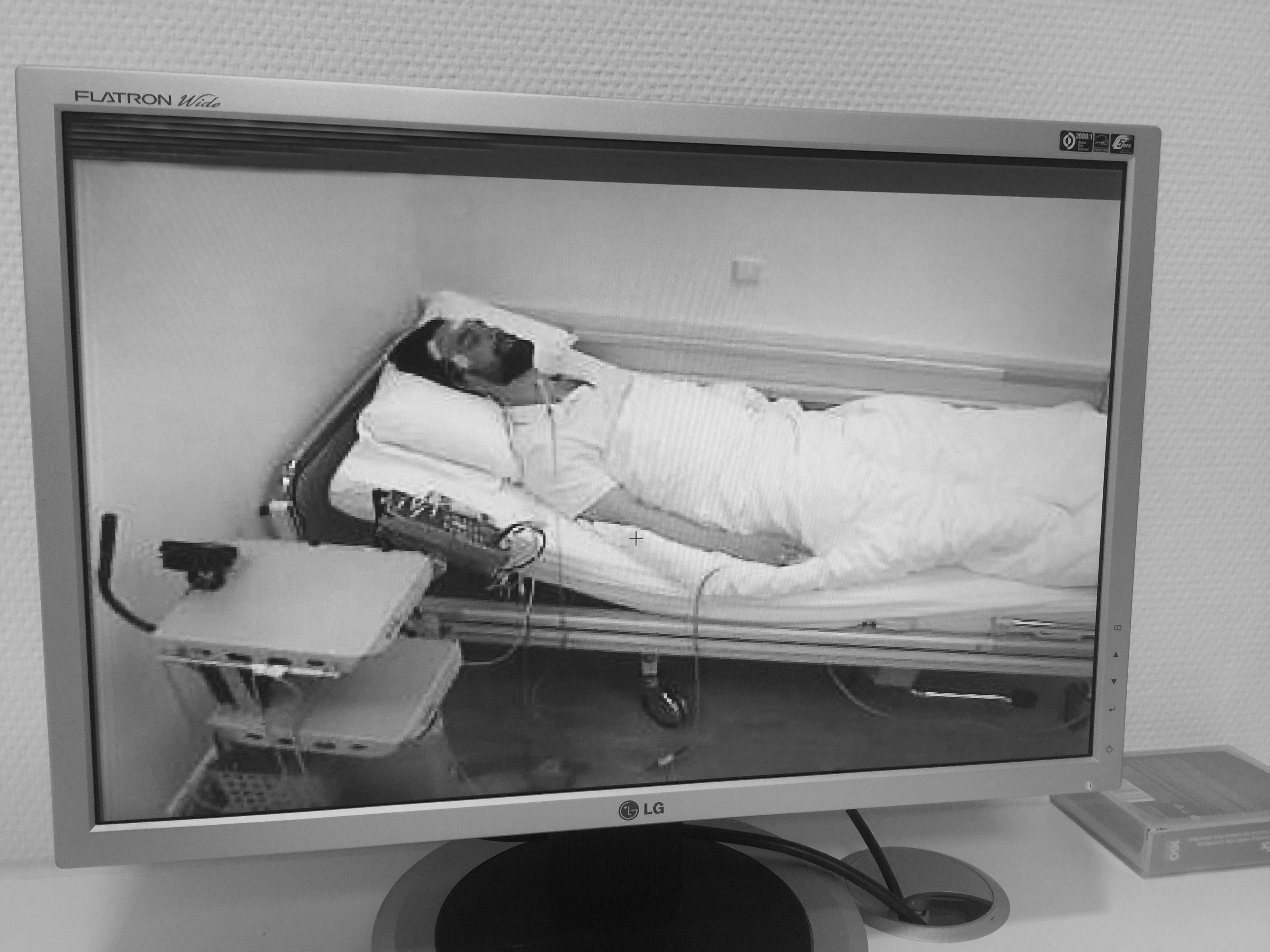 Auf einem Monitor wird der Patient die ganze Nacht überwacht. Quelle: zur Verfügung gestellt von Prof. Ramin Naim)