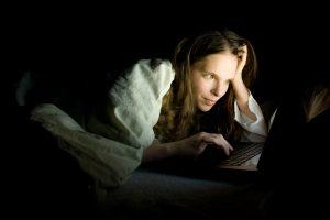 Wer Abends noch viel surft oder mit Bildschirmen arbeitet, schläft meist schlechter.