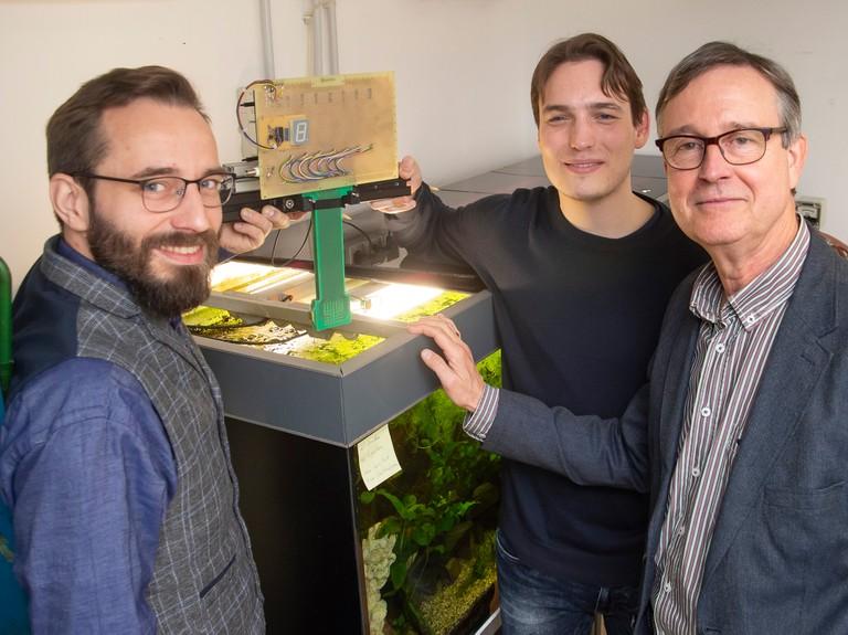 Dr. Hendrik Herzog, Martin Gottwald und Prof. Dr. Gerhard von der Emde zeigen die Kamera