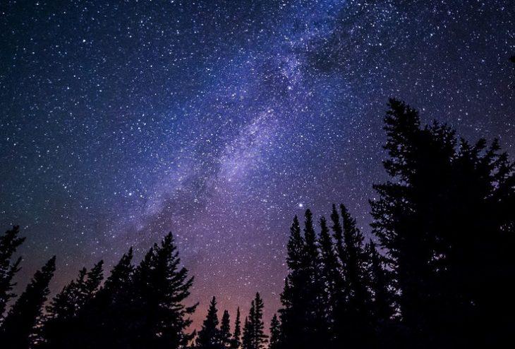 Ein Sternenhimmel mit Milchstraße