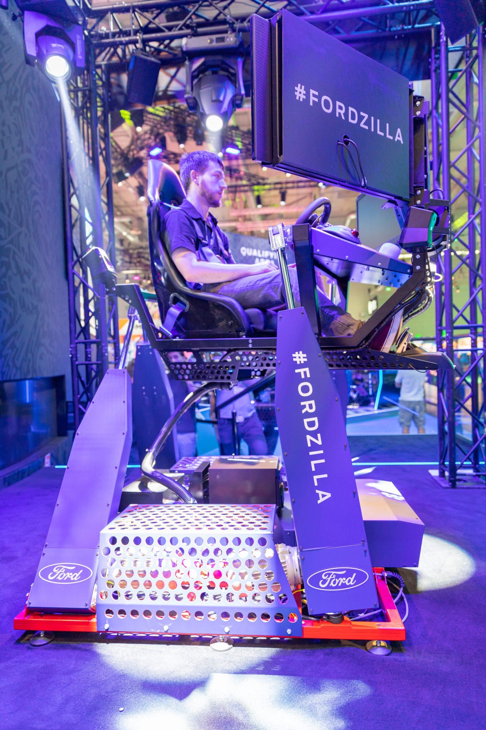 Rennsimulator mit Hydraulik um G-Kräfte zu simulieren - Ford Fordzilla 4D Driving Experience Simulator